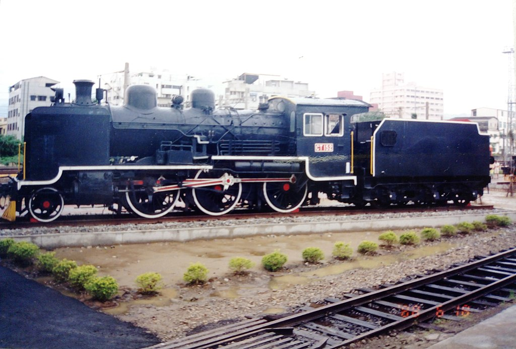 https://upload.wikimedia.org/wikipedia/commons/thumb/4/48/TRA_CT152_steam_locomotive_at_Miaoli_Railway_Museum.jpg/1024px-TRA_CT152_steam_locomotive_at_Miaoli_Railway_Museum.jpg