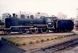 https://upload.wikimedia.org/wikipedia/commons/thumb/4/48/TRA_CT152_steam_locomotive_at_Miaoli_Railway_Museum.jpg/320px-TRA_CT152_steam_locomotive_at_Miaoli_Railway_Museum.jpg