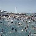 Tel Aviv Drukte in het openluchtzwembad aan de strandboulevard op de sabbat, Bestanddeelnr 255-9367.jpg