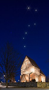Fil:The-big-dipper-over-the-old-uppsala-church-gamla-uppsala-kyrka.jpg