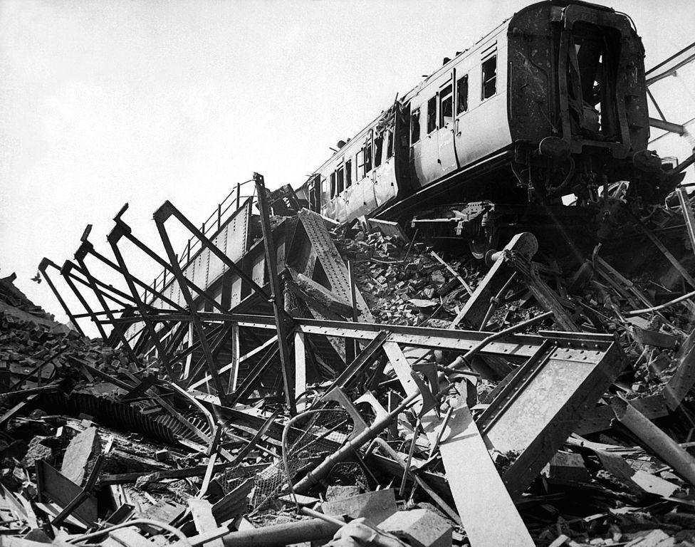 Nécropole des trains à Londres en 1941 pendant les bombardements allemands.