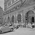 Toeschouwers voor de Meistertrunk op de trappen van het Raadhuis aan het markt, Bestanddeelnr 254-4659.jpg