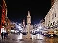 Verona Piazza delle Erbe Colonna con edicola bei Nacht.jpg