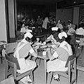 Verplegend personeel aan de maaltijd in de kantine van het Beilinson hospitaal t, Bestanddeelnr 255-4916.jpg
