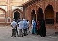 Visiteurs musulmans au Taj Mahal.jpg