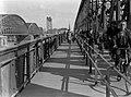 Voetgangers- en fietsverkeer op de Willemsbrug in Rotterdam. De brug links ernaa, Bestanddeelnr 189-0491.jpg