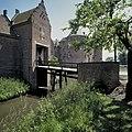 Voorburcht, overzicht van het poortgebouw met op de achtergrond het kasteel - Ammerzoden - 20423949 - RCE.jpg