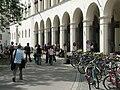 Vor der Uni, Geschwister-Scholl-Platz (Ludwig-Maximilians-Universität München) (14 06 2005).jpg