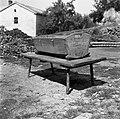 Z?balnca z zibko (zibelko). Na tej nizki mizi so po navadi zibali otroka v zibki. Gabrk 1955.jpg