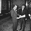 Zijne Koninklijke Hoogheid prins Bernhard bul overhandigt behorende bij ere-pres, Bestanddeelnr 918-6717.jpg