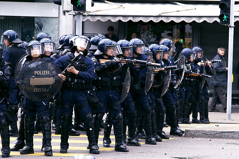 Fitxategi:Zurich police riot control.jpg