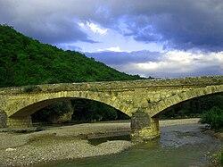 Старый мост через реку дах
