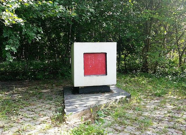 Памятный Знак в районе захоронения праха К. Малевича, август 2013года