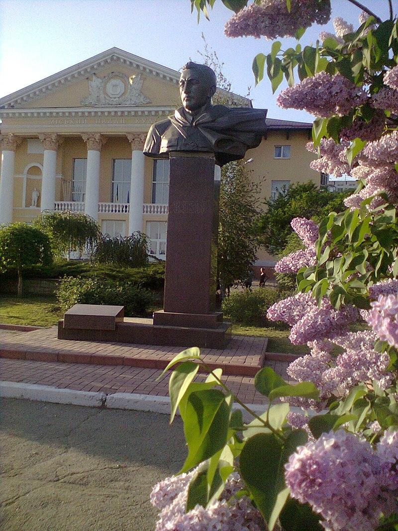 Памятник В. Усову по ул. В. Усова г. Никополя.