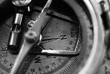 Een close-up foto van een geologisch kompas