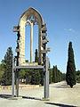 046 Finestral gòtic de la capella dels Ardèvol, parc de Sant Eloi.jpg