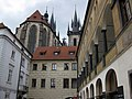 074 Pati de l'Ungelt, al fons l'església de Týn.jpg
