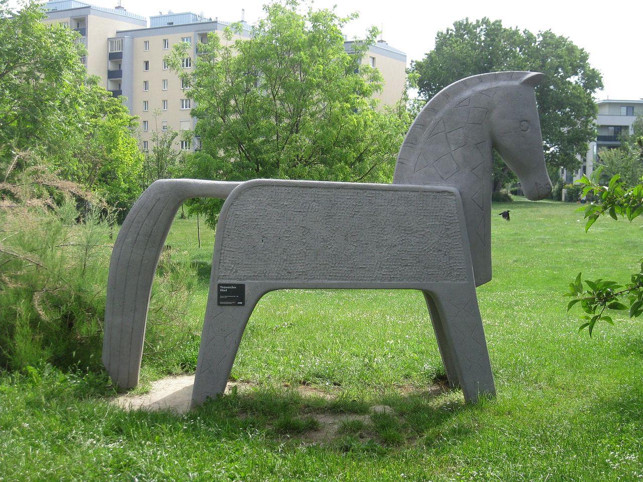 1110 Florian Hedorfer Straße 30 - Plastik Trojanisches Pferd von Susanne Peschke-Schmutzer 1970 IMG 2712.jpg