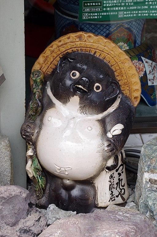 https://upload.wikimedia.org/wikipedia/commons/thumb/4/49/20100727_Nikko_tanuki_Imgp5788.jpg/512px-20100727_Nikko_tanuki_Imgp5788.jpg