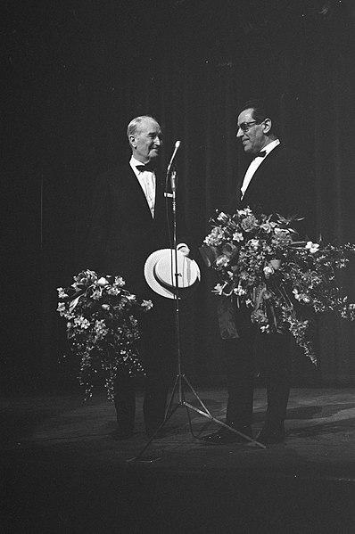File:Afscheidsvoorstelling van Maurice Chevalier in het Concertgebouw, bloemen na het, Bestanddeelnr 921-0625.jpg
