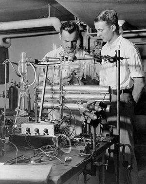 Arthur Compton - Compton at the University of Chicago in 1933 with graduate student Luis Alvarez next to his cosmic ray telescope.