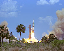 Le lancement d'Apollo 16 se déroule le 16 avril 1972 depuis le Kennedy Space Center