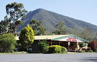 Mount Edwards (Queensland) - Mount Edwards behind the Aratula Hotel
