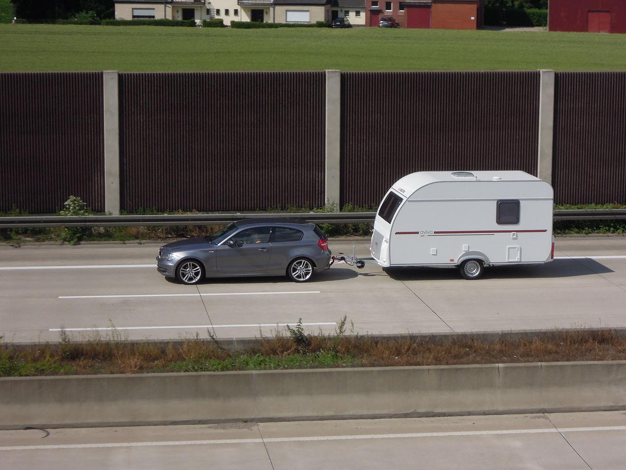filebmw 1er mit wohnwagen  autobahn 4 bei eschweiler