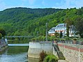 Bad Kreuznach, Kurpark. Mühlenteich und Nahe treffen sich. Im Hintergrund der Quellenhof - panoramio.jpg