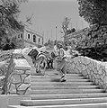 Beladen ezels bestijgen met een begeleider een trap die tegen een heuvel is aang, Bestanddeelnr 255-4250.jpg