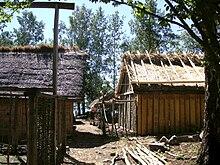 Photographie de deux bâtiments en matériaux naturels