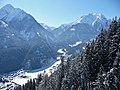Blick von der Penkenbahn (1800 - 630 m) nach Tux - panoramio.jpg