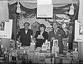 Boekenmarkt in Bijenkorf Acteurs verkopen boeken. Louis Saalborn, Ank van de Mo, Bestanddeelnr 903-8408.jpg