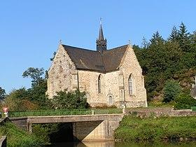 La chapelle Notre-Dame-de-Bonne-Encontre (XVIe) avec, en premier plan, le canal de Nantes à Brest.
