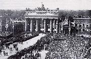 1871年普鲁士军队在勃兰登堡门庆祝普法战争胜利、德国统一和德意志帝国成立。