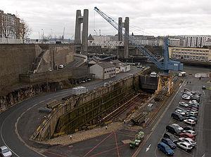 Brest Arsenal - Vue sur le bassin 1, à sec et sans navire. Au fond, le pont de Recouvrance.