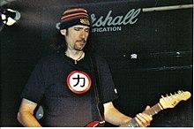 Bruce Kulick, sur scène en 2006, est le principal guitariste de la période sans  maquillage de Kiss.