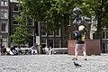 Brug 9- Torensluis over het Singel - Standbeeld van Multatuli (buste van Hans Bayens, 1987), met toeristen op de achtergrond - Amsterdam - 20536120 - RCE.jpg