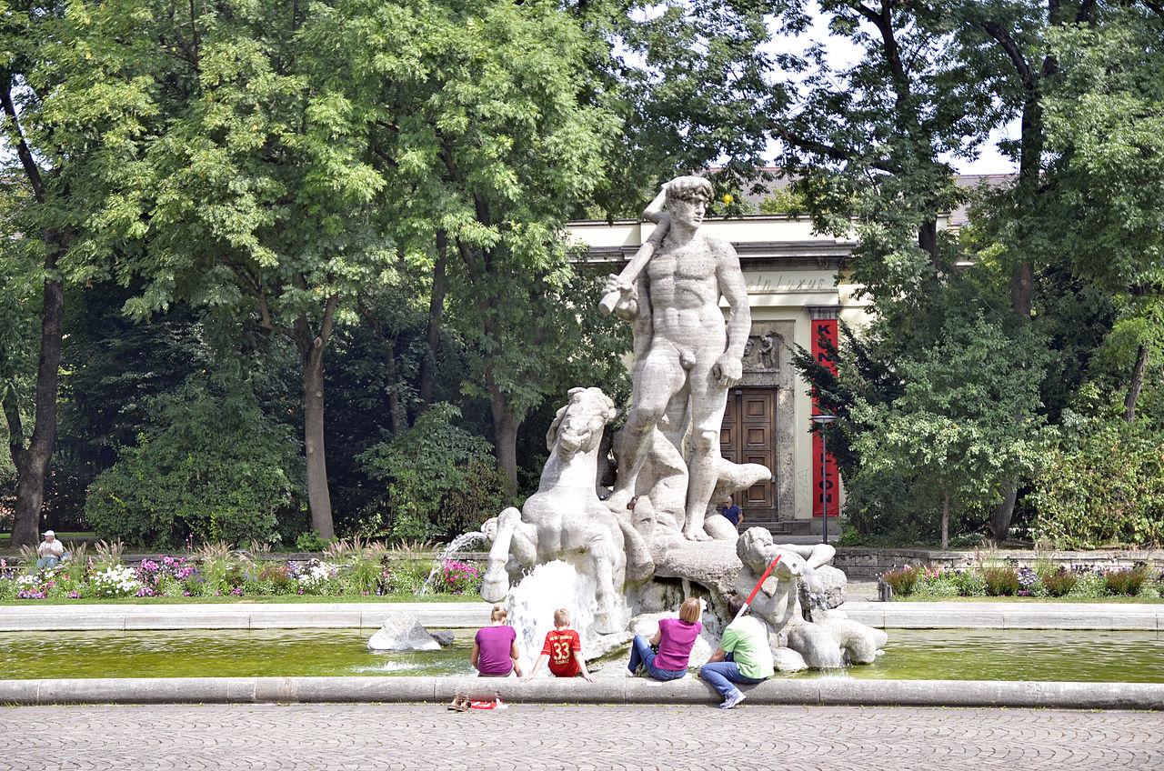 File:Brunnenfigur im Brunnen des alten Botanischen Gartens in München.JPG - Wikimedia Commons