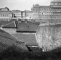 Budapest I., A házak teteje felett a Lovarda, a főőrségi épület és a Királyi Palota, a Gellérthegy utca felől nézve. Fortepan 55905.jpg