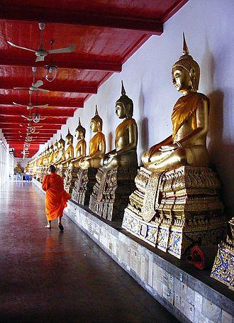 Wat Mahathat Yuwaratrangsarit - Image: Buddhist monk in Wat Mahathat (Bangkok)