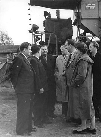 Ernst Thälmann (film) - Günther Simon and other actors visit Heusdorf, in the region of Apolda, to promote the film.
