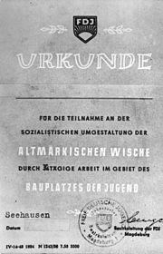 Bundesarchiv Bild 183-58112-0001, Ehrenurkunde der FDJ