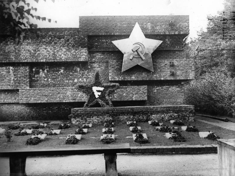 Bundesarchiv Bild 183-H29710, Berlin-Friedrichsfelde, Revolutionsdenkmal