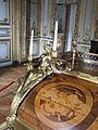 Bureau du Roi, face avant droite - détail bronze et marqueterie abattant.jpg