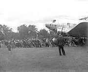 COLLECTIE TROPENMUSEUM Een grote groep mannen trekt aan een touw het vliegtuig De Uiver uit de modder, Albury TMnr 60033431