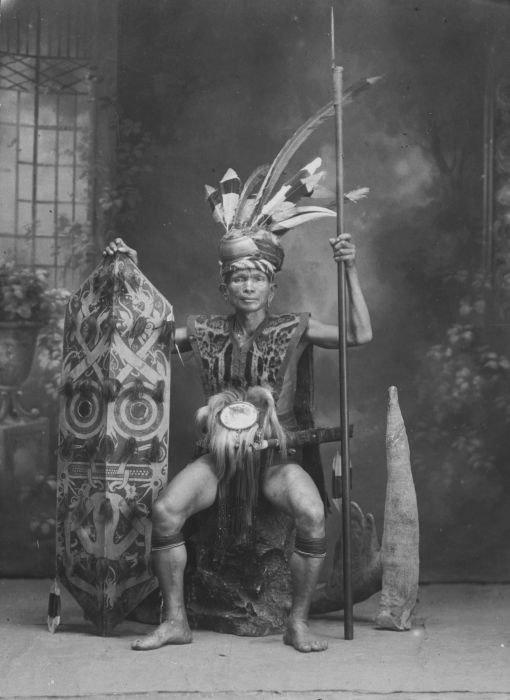 COLLECTIE TROPENMUSEUM Studioportret van een Dajak in krijgskleding TMnr 60033041