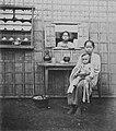 COLLECTIE TROPENMUSEUM Studioportret van twee in een warung geënsceneerde vrouwen en een kind met een bamboe wand als belangrijkste decorstuk TMnr 60045012.jpg