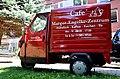 Café im Margot-Engelke-Zentrum, Frühstück, Kaffee, Kuchen, Eis, Geibelstraße 90 in 30173 Hannover-Südstadt, Aufschrift auf einem Piaggio Ape50 europe.jpg