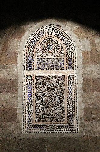 Amir Qijmas al-Ishaqi Mosque - Image: Cairo, moschea di Akjmas Ishaqi, interno 04 vetrata